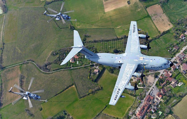 طائرة إيرباص A400M تجري بنجاح إعادة التزود بالوقود للطائرات المروحية.
