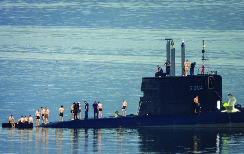 الطقس الحار يدفع جنود غواصة نرويجية للسباحة في البحر (2)