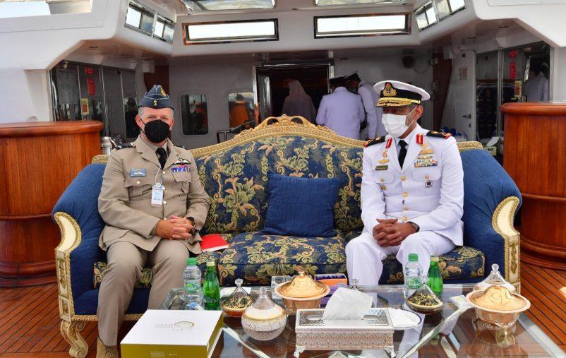 قائد القوات البحرية يستقبل عددا من ضيوف معرض آيدكس 2021