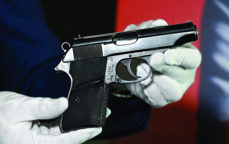 بيع مسدس «جيمس بوند» مقابل 256 ألف دولار